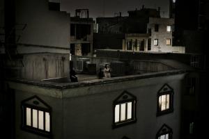 """Teheran, giugno 2009. """"È solo una delle fotografie del servizio, ma di solito riproducono solo quella. Forse perché è una donna, e le donne anti-regime sono ormai un cliché, eppure a urlare nella notte dai tetti la loro rabbia e la loro delusione erano uomini, donne, ragazzi, famiglie intere, questo era il senso della storia""""."""