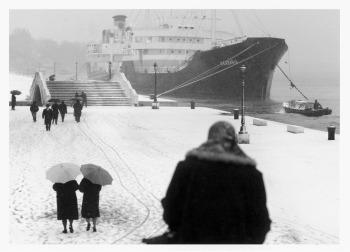 «Donne che vanno e vengono, ma lentamente. L'atmosfera della nevicata sul mare e sui ponti, con quella navona enorme che avanza... Mi ricorda una foto che ho già visto, di un fotografo francese, non so bene, più probabilmente mi ricorda Il porto delle nebbie di Jean Gabin, io amo tanto il cinema francese».
