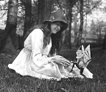 Le cuginette Frances Griffiths e Elsie Wright fotografarono tra il 1917 e il 1920 i loro incontri con le fate a Cottingley, nello Yorkshire inglese