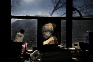Waterfall, Lesotho, 2006  Malesa Khali, 35 anni, nella sua casa. Ha contratto il virus dell'Hiv nel 2005. Suo marito è morto nel 1998 di Aids. Un ritratto di una donna in un villaggio del Lesotho che, tra le prime, sconfigge la morte da HIV grazie agli antiretrovirali. Accanto un altro autoritratto di Antonello da Messina, uno di quelli che più amo.
