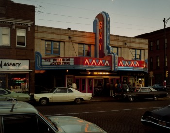 StephenShore, BayTheater,SecondStreet,Ashland,Wisconsin,July9,1973, StephenShore, g.c. CollezioneFondazioneCassadiRisparmiodiModena
