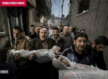 Paul Hansen, Gaza City 2012. World Press Photo Award per l'anno 2012. Suhaib Hijazi, di due anni, e il suo fratello maggiore Muhammad che stava per compierne quattro, sono rimati uccisi nel crollo della loro casa colpita da un missile israeliano, a Gaza, il 20 novembre 2012. Anche il padre Fouad è rimasto ucciso, mentre la madre è ricoverata in rianimazione. I fratelli di Fouad portano in braccio i corpi dei fratellini alla cerimonia funebre in moschea. Il corpo del padre segue su una barella. (Screenshot dal sito World Press Photo)