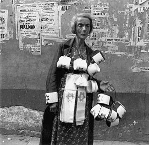 Heinrich Jost, Venditrice di fasce con la stella di David. Ghetto di Varsavia, 1941, © Heinrich Jost, g.c.
