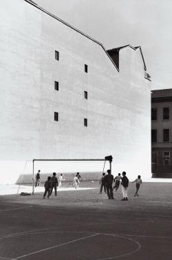 Pepi Merisio, La partita all'oratorio di Corso XXII Marzo a Milano, 1989, Pepi Merisio, g.c.