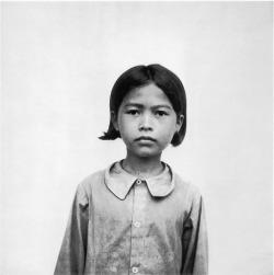 Anonimo, Bambina prigioniera dei Khmer Rossi. Tuol Sleng, Cambogia, data sconosciuta