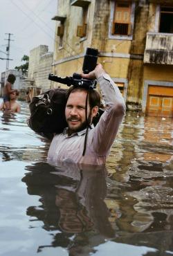 Steve McCurry durante un'alluvione monsonica Porbandar, India, 1983