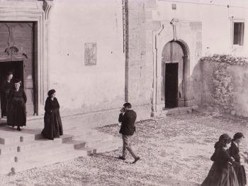 Renzo Tortelli, Giacomelli a Scanno mentre fotografa nel luogo in cui realizzo' la famosa fotografia. 1957 o 1959, Renzo Tortelli.jpg