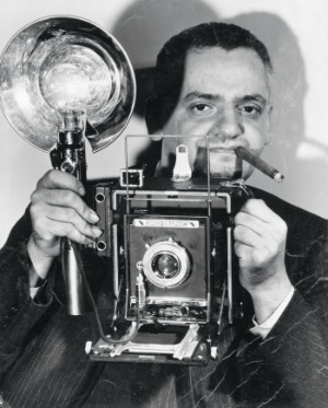 Anonimo Il fotografo americano di origine polacca Arthur Fellig con la sua macchina fotografica Speed Graphic, dicembre 1943 Stampa ai sali d'argento, 24,1 x 19,1 cm New York, International Center of Photography © Epics / 2010 Getty Images