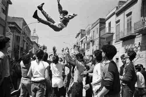 10 – Letizia Battaglia, Domenica di Pasqua, Festeggiamenti per incitare l'uscita della statua di San Michele patrono di Caltabellotta, 1984 © Letizia Battaglia