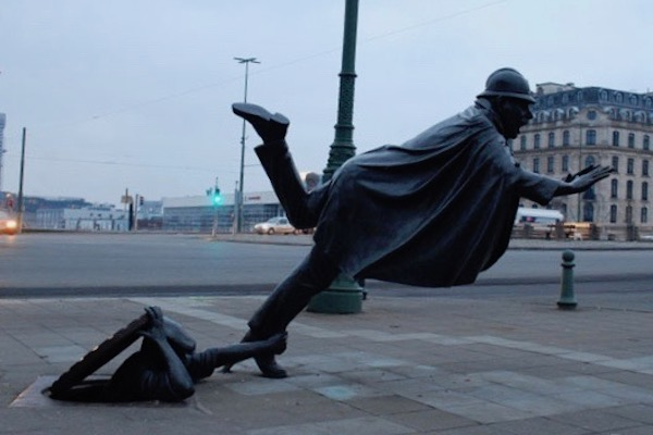 vaartkapoen-bruxelles-statua-piu-strana-citta
