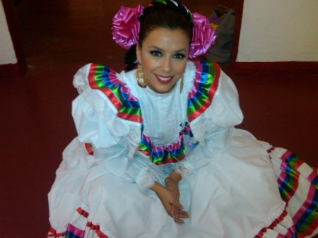 Pronta per il Balletto Folcloristico Atzeco a Olvera Street , Los AngelesMiss Chicano Studies, Eva Longoria danced with Ballet Foklorico Azteca de Mexico on Olvera Street in Los Angeles