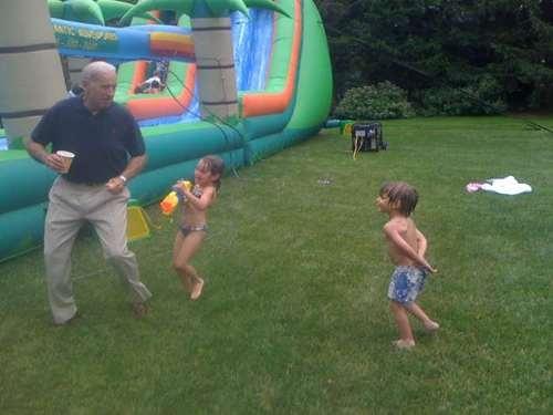 Il vicepresidente negli Stati Uniti messo in fuga dai nipotini Natalie e Robert Hunter, figli del primogenito Beau