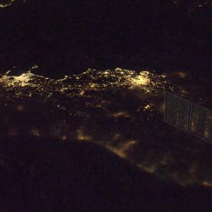 Il centro Italia, con Roma e Napoli senza nubi, visti da sopra l'Adriatico.  Credit: ESA/NASA