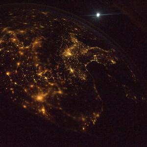 Da sopra la Francia, guardando verso sud (con la luna che brilla nel cielo)  Credit: ESA/NASA