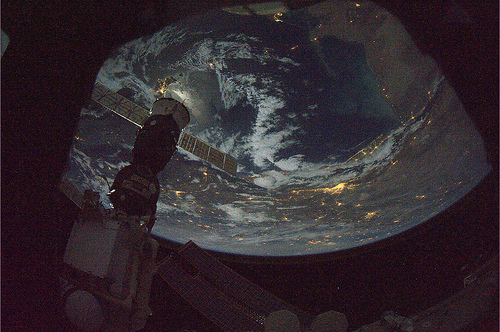 Svolazzando tranquillamente sopra qualche parte del mondo! Nuvoloso, ma intrigante! Credit: ESA/NASA