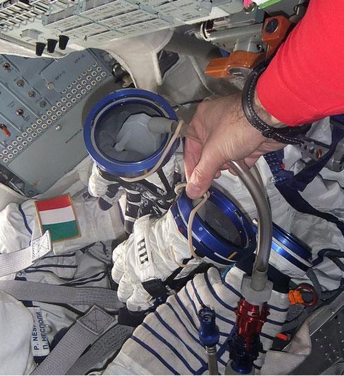 """Oggetto misterioso della #Soyuz: ecco le """"manine"""" al lavoro mentre asciugano i guanti della tuta Sokol Credit: ESA/NASA"""