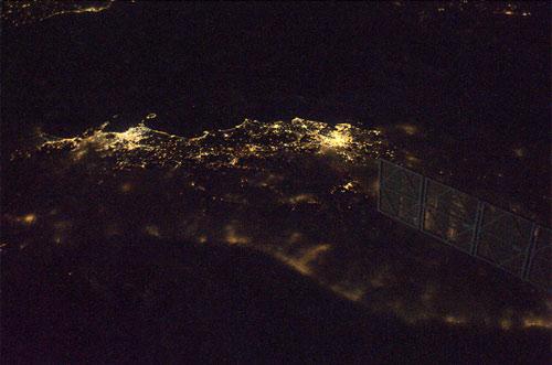 Il centro Italia, con Roma e Napoli senza nubi, visti da sopra l'Adriatico Credit: ESA/NASA