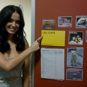 Katy affigge un annuncio sulla bacheca di Facebook