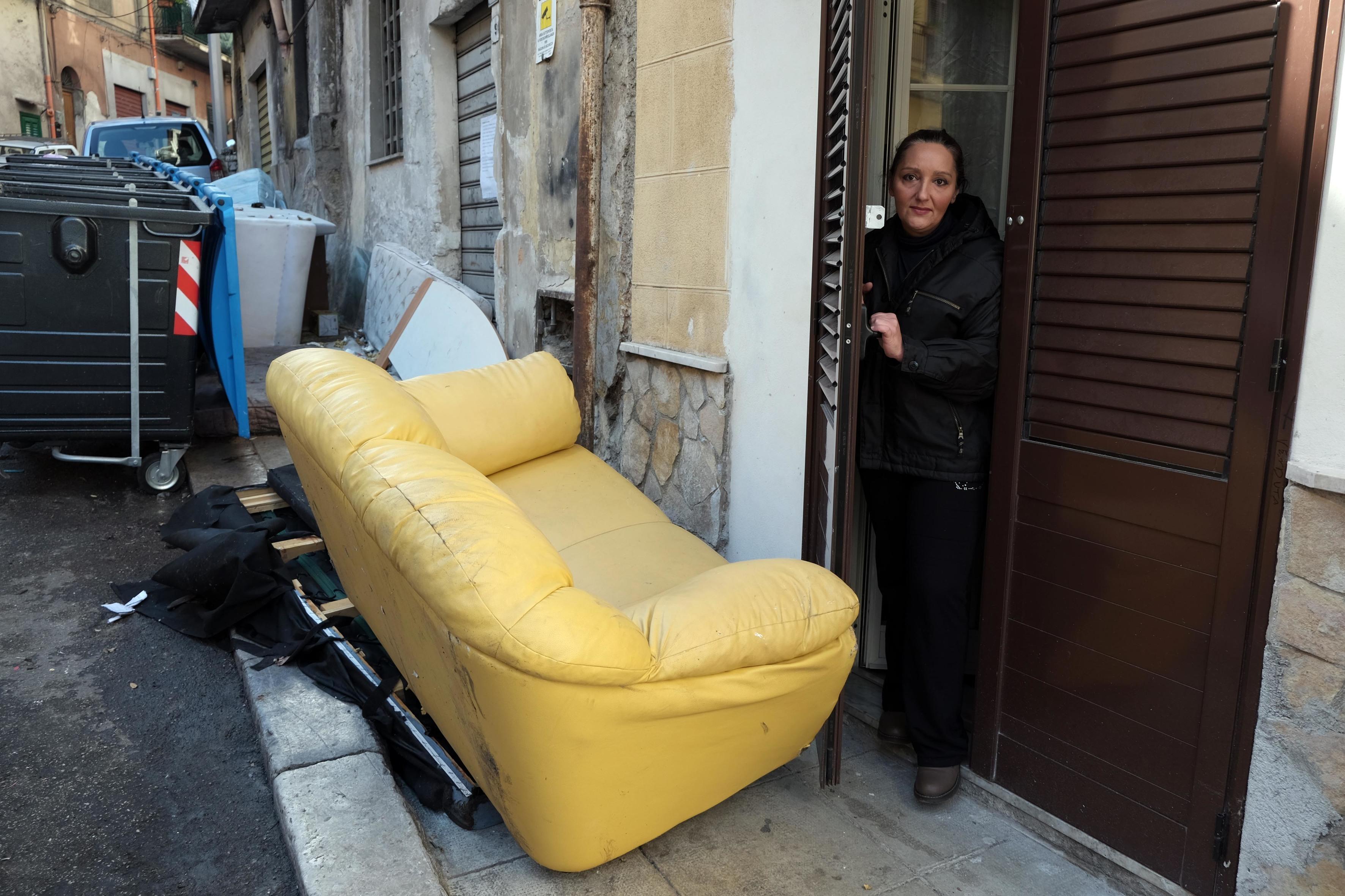 Maddalena Migliore bloccata dai rifiuti davanti alla sua abitazione in via San Martino