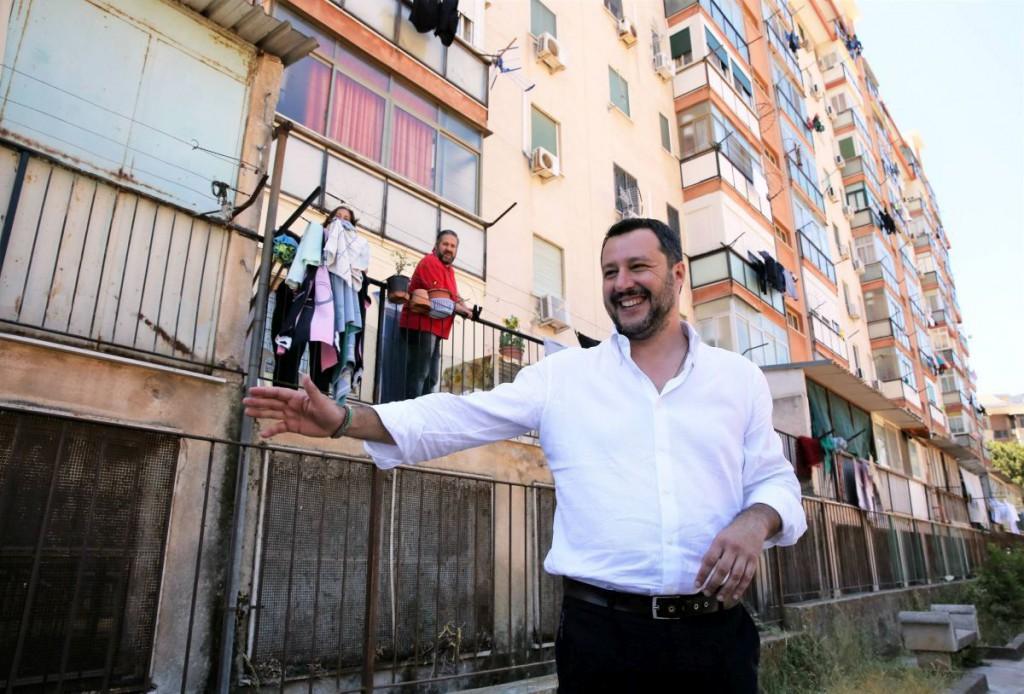 Matteo Salvini sull' Ape50 al quartiere Zen per sostenere la candidatura di Ismaele La Vardera a sindaco di Palermo