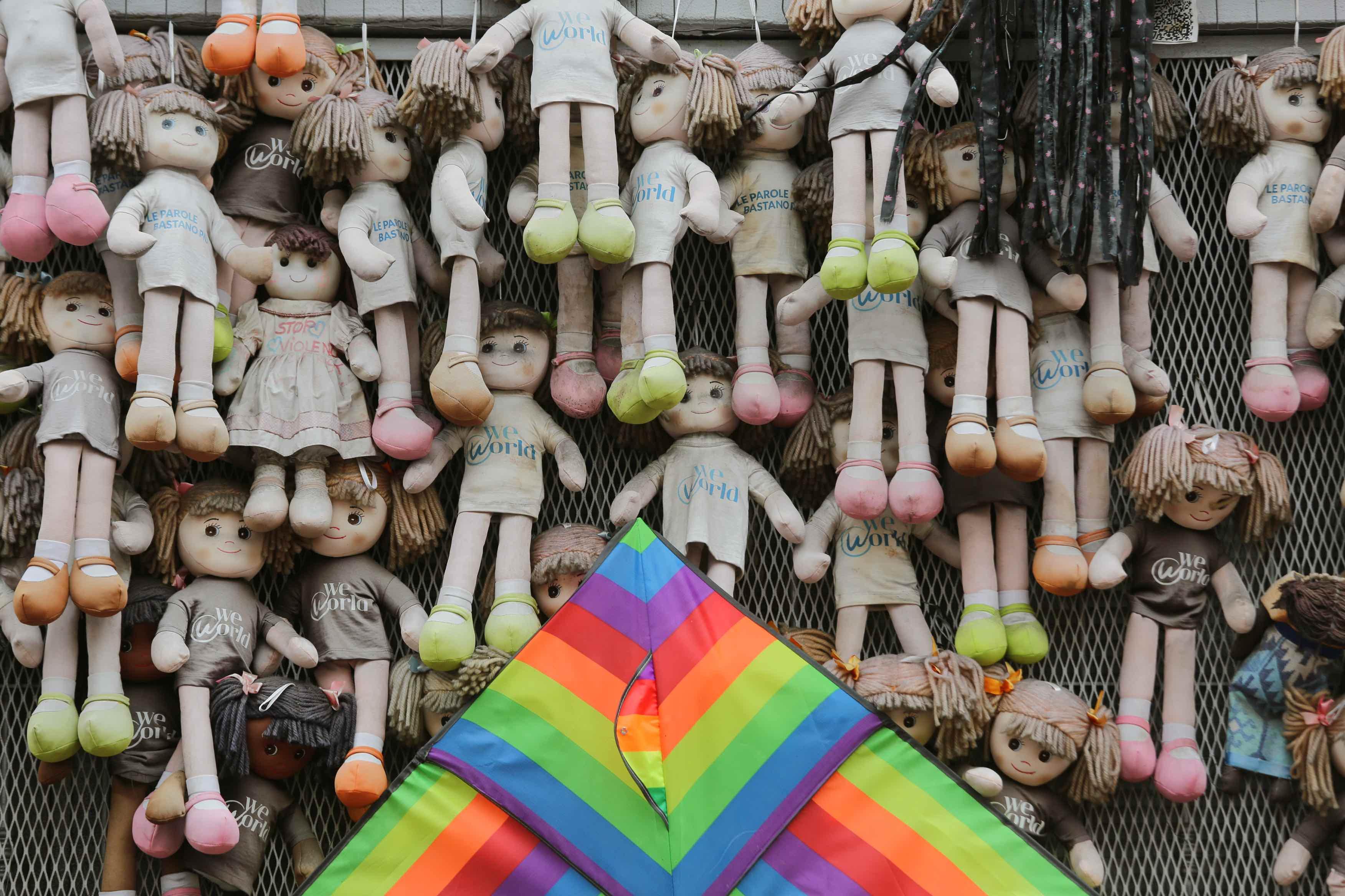 """Manifestazione contro la violenza sulle donne al """"muro delle bambole """" in via De Amicis"""