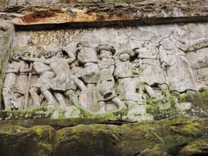 Figure scolpite nella montagna