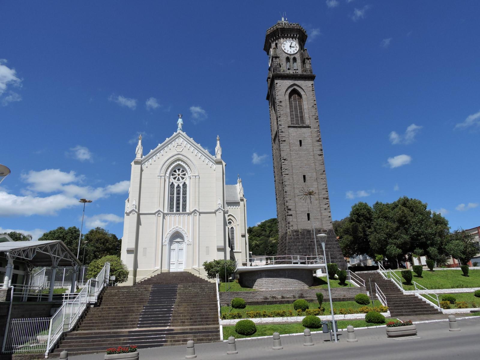 La chiesa Nostra Signora di Lourdes con il suo campanile in pietra