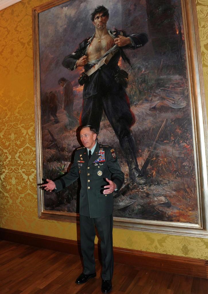 Il generale David Petraeus davanti a un quadro di Salvo D'Acquisto