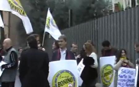 Militanti radicali davanti alla Rai nel 2010