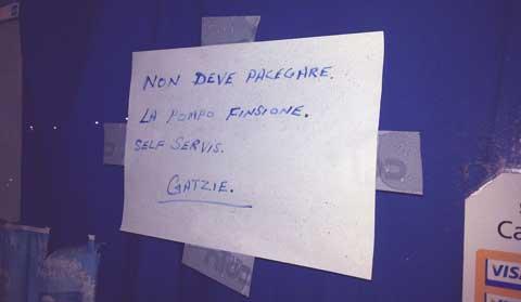 """""""Non deve pacegare, la pompo finsione, self servis. Gatzie"""