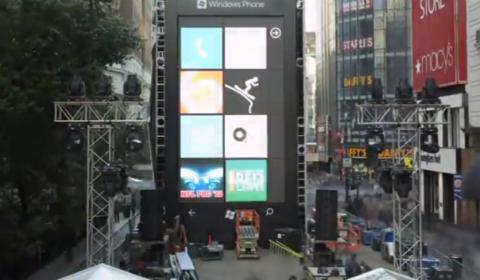Uno smartphone gigante in strada
