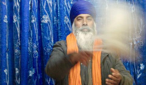 Il devoto Sikh fa roteare il ventaglio Char, atto di devozione verso i testi sacri