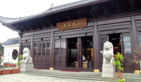 Il tempio buddista Hua Yi Si, il più grande d'Europa (via Dell'Olmo, 129)