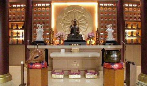 Statue di Buddha incastonate in teche di vetro (testi e foto di Eleonora Chiarella)