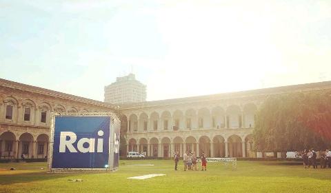 Un grande cubo Rai alla Statale di Milano (foto Celestina Pistillo & Babà)