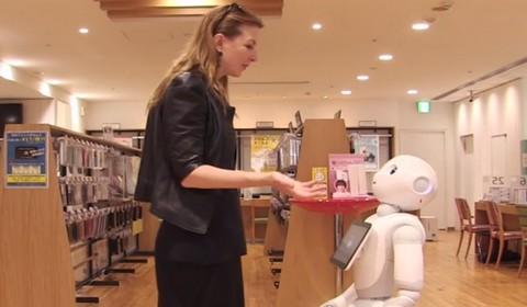 Carfagna dialoga in Giappone con un robot