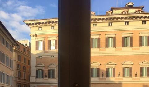 La stanza del direttore guarda a Montecitorio. In basso, l'ingresso