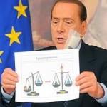 Berlusconi con il cartello della nuova bilancia della giustizia