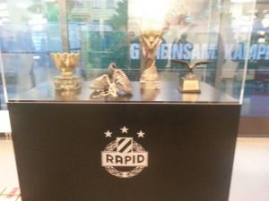 Alcuni trofei del Rapid all'interno del museo