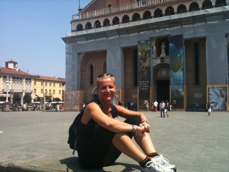 Barbara Carron, arrivata davanti alla Basilica lo scorso giugno, dopo aver percorso il cammino del Santo