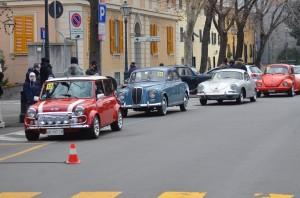 Auto storiche incolonnate in attesa della partenza