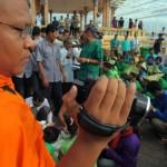Ven Loun Savath with Prey Lang protest 02 (AFP)