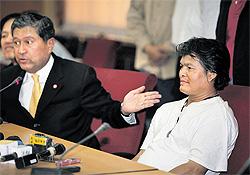 Il vice premier Chalerm Yubamrung con l'attentatore Jirawat Chanpeng
