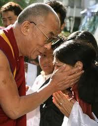 Il Dalai lama impartisce la benedizione toccando la testa dei fedeli