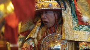Lo spirito dell'Oracolo tibetano prende possesso del medium