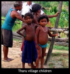Bambini di etnia Tharu in un villaggio