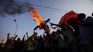 Studenti bruciano l'effigie del premier maoista Bhattarai