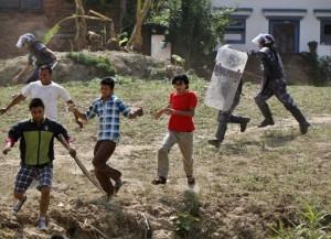 La polizia carica manifestanti federalisti (foto Niranjan Shrestha)