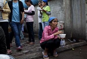 Zuppa istantanea nella pausa pranzo della fabbrica Shen Zhou di Phnom Penh