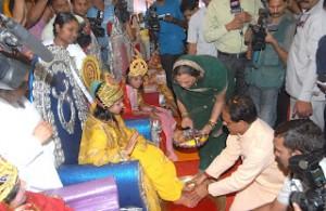 Il capo ministro Chouhan del Madhya Pradesh e sua moglie lavano i piedi a nove ragazze che simboleggiano divinità femminili